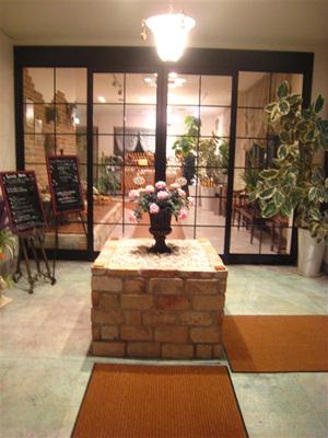レストランステラルーチェ様の入り口の自動ドアが開くと バラが 迎えてくれます。